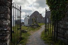 Cimetière au prieuré de Ballinskelligs, Irlande Images stock