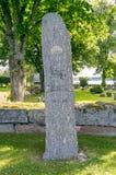 Cimetière avec la pierre de tombe en Suède Photographie stock libre de droits