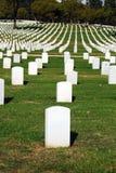 Cimetière avec les pierres tombales blanches Photographie stock libre de droits
