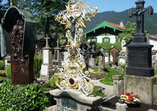Cimetière bavarois dans Oberammergau Image libre de droits