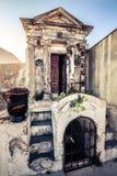 Cimetière chrétien, tombe à l'intérieur du petit bâtiment photos stock