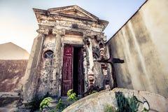 Cimetière chrétien, tombe à l'intérieur du petit bâtiment images stock