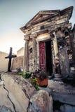 Cimetière chrétien, tombe à l'intérieur du petit bâtiment photographie stock