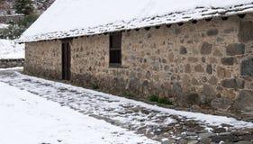 Cimetière d'une petite chapelle orthodoxe en hiver Image libre de droits