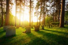Cimetière dans le coucher du soleil avec la lumière chaude Photo stock
