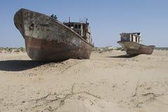 Cimetière de bateaux en région de mer d'Aral photographie stock