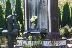 Cimetière de marbre de pierres tombales avec beau ouvré Photographie stock libre de droits