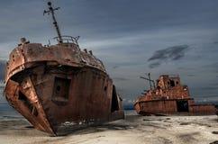 Cimetière des bateaux sur le rivage Photographie stock libre de droits