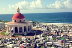Cimetière historique et drapeau portoricain chez Castillo San Felipe del Morro, photographie stock libre de droits