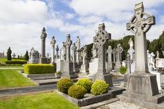 Cimetière irlandais et croix antique photos stock