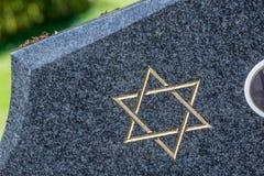 Cimetière juif : Étoile de David sur la pierre tombale images stock