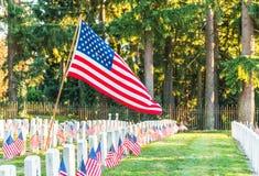 Cimetière national avec un drapeau le Jour du Souvenir à Washington, Etats-Unis Photos stock