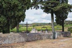 Cimetière près de l'église romane du Saint Pierre dans Larnas Photographie stock libre de droits