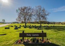 Cimitero alla luce luminosa di giorno Immagini Stock Libere da Diritti