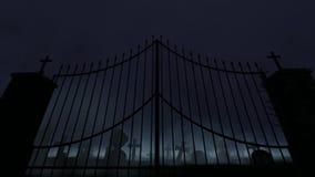 Cimitero con il vecchi portone, nebbia e pioggia e tuono stock footage