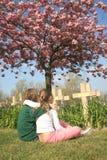 Cimitero del ragazzo e della ragazza immagini stock