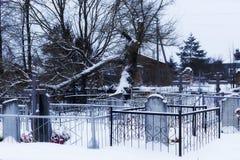 Cimitero della città, neve, inverno immagini stock