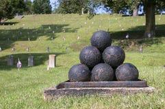 Cimitero della guerra civile con la volata delle bandiere Fotografie Stock Libere da Diritti