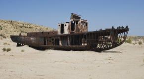Cimitero delle barche nella zona di mare dell'Aral Fotografia Stock