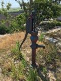 Cimitero delle ruote antiche, dei trattori, delle pompe a mano dell'acqua e dell'abbondanza più fotografia stock libera da diritti