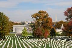 Cimitero di Arlington con il monumento di Washington Fotografia Stock