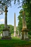 Cimitero di bosco verde e frondoso fotografie stock libere da diritti