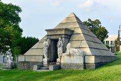 Cimitero di bosco verde e frondoso immagini stock libere da diritti