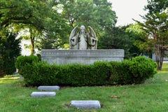 Cimitero di bosco verde e frondoso immagine stock