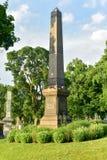 Cimitero di bosco verde e frondoso fotografia stock