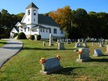Cimitero e chiesa Immagine Stock