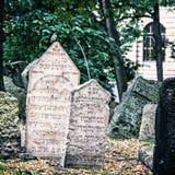 Cimitero ebreo a Praga, repubblica Ceca, filtro blu Fotografia Stock