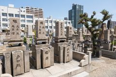 Cimitero giapponese vicino al tempio di Shitennoji, Osaka, Giappone immagini stock