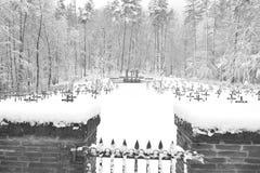 Cimitero militare, cimitero di guerra, portone del cimitero di guerra, inverno del portone del cimitero di guerra, foresta di inv Immagini Stock