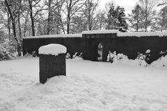 Cimitero militare, cimitero di guerra, portone del cimitero di guerra, inverno del portone del cimitero di guerra, foresta di inv Fotografie Stock Libere da Diritti