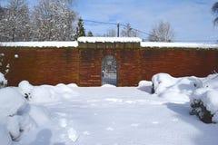Cimitero militare, cimitero di guerra, portone del cimitero di guerra, inverno del portone del cimitero di guerra, foresta di inv Fotografia Stock Libera da Diritti