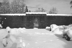 Cimitero militare, cimitero di guerra, portone del cimitero di guerra, inverno del portone del cimitero di guerra, foresta di inv Fotografie Stock