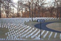Cimitero militare e segno UNIDIREZIONALE Fotografia Stock
