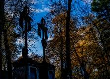 Cimitero nebbioso alla notte Vecchio cimitero spettrale nella luce della luna attraverso gli alberi Fotografia Stock