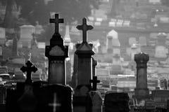 Cimitero nebbioso in bianco e nero Immagine Stock