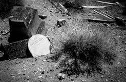 Cimitero spaventoso che mostra un indicatore grave di funzionamento giù Fotografia Stock Libera da Diritti