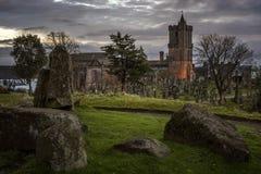 Cimitero spettrale del castello al crepuscolo Fotografie Stock Libere da Diritti