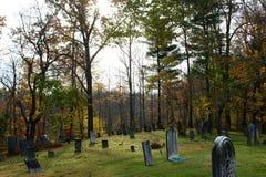 Cimitero storico del pendio di collina nell'Ohio rurale immagini stock