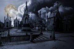 Cimitero in una notte della luna piena Fotografie Stock Libere da Diritti