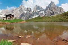 Cimon-della Pala unter den schroffen Spitzen von Pale di San Martino nachdenkend über einen Gebirgssee stockfotos