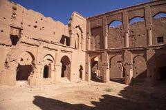 cinéastes populaires reconstruisant le kasbah AIT - Benhaddou, Maroc Photos stock