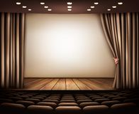 Cinéma avec l'écran, le rideau et les sièges blancs Photo stock