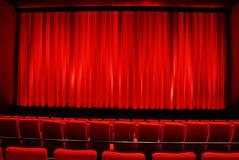 Cinéma - d'intérieur rouge Images stock