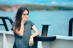 Cinétose de souffrance de femme malade de mer tandis que sur le bateau photographie stock libre de droits