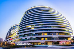 ¼ Œin Cina del viewï di notte di architettura di Pechino bello di SOHO moderno della galassia Fotografia Stock Libera da Diritti