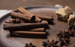 Cinammon ραβδιών μακρο στενός επάνω monotone πιάτων σκονών καφετής στοκ φωτογραφίες με δικαίωμα ελεύθερης χρήσης